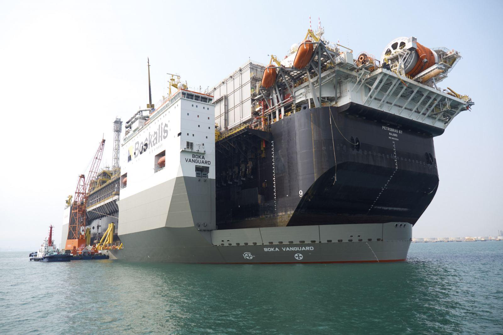 De Boka Vanguard beladen met de 91.000 ton wegende Petrobras 67. (Foto Boskalis)