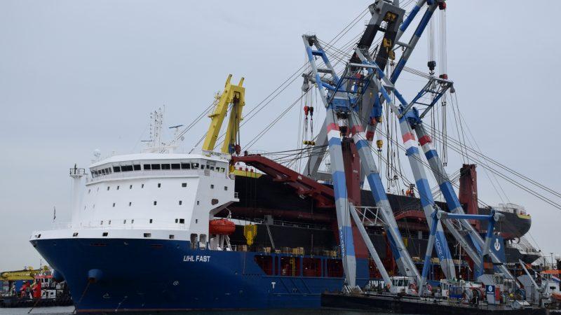 De complexe losoperatie met vijf bokken in de Rotterdamse Waalhaven. (Foto PAS Publicaties)