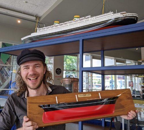 Jorne Langelaan laat trots het prototype zien van de EcoClipper. (Foto Robin van den Bovenkamp)