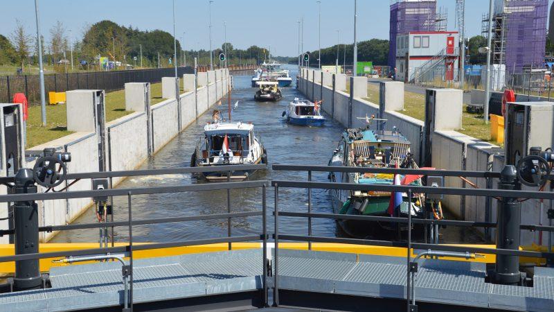 In Eefde vaart het geladen motorschip Pelikaan uit Zwijndrecht langzaam de sluis van Eefde uit. (Foto Sander Wels)