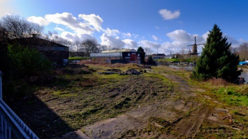 Het 10.000 vierkante meter terrein waarop voorheen Botenbouw Tukker was gevestigd grenst aan het historische centrum van Gorinchem. (Foto Rijksvastgoedbedrijf)