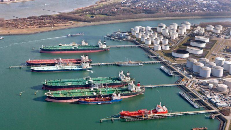 Bij de Vopak-terminal in Europoort kan sinds kort tijdens het laden of lossen LNG worden gebunkerd, wat een aanzienlijke tijdbesparing oplevert. (Foto Vopak)