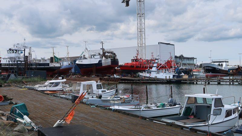 De hellingen van scheepswerf Jobi Vaerft A/S zijn regelmatig druk bezet. (Foto W.M. den Heijer)
