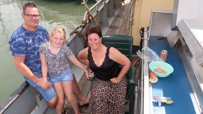 Rien Rog met echtgenote en jongste dochter aan dek met uitzicht op de haven van Oudeschild. (Foto W.M. den Heijer)