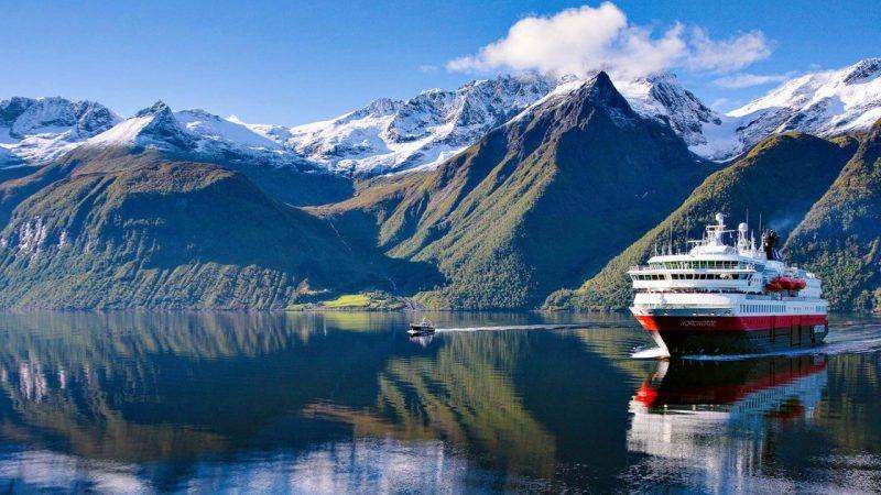 Hurtigruten met een vloot van zestien begon midden juni als eerste maatschappij weer met cruises. (Foto Hurtigruten)