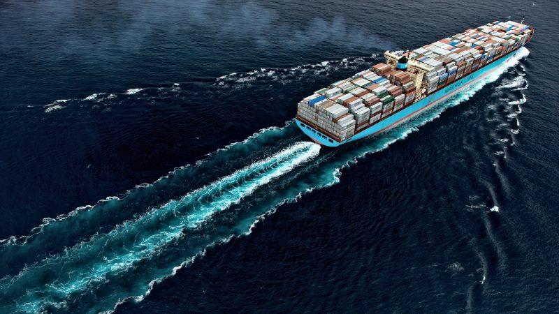De uitstoot van een containerschip op zee. (Foto Maersk)