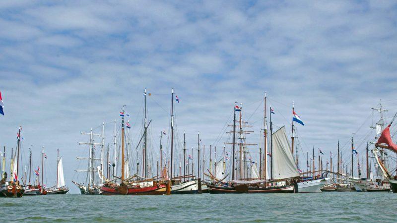 Bijna 200 historische zeilschepen kwamen op 9 juni bij Pampus in actie om aandacht te vragen voor de nijpende situatie waarin de branche verkeert. (Archieffoto Hajo Olij)