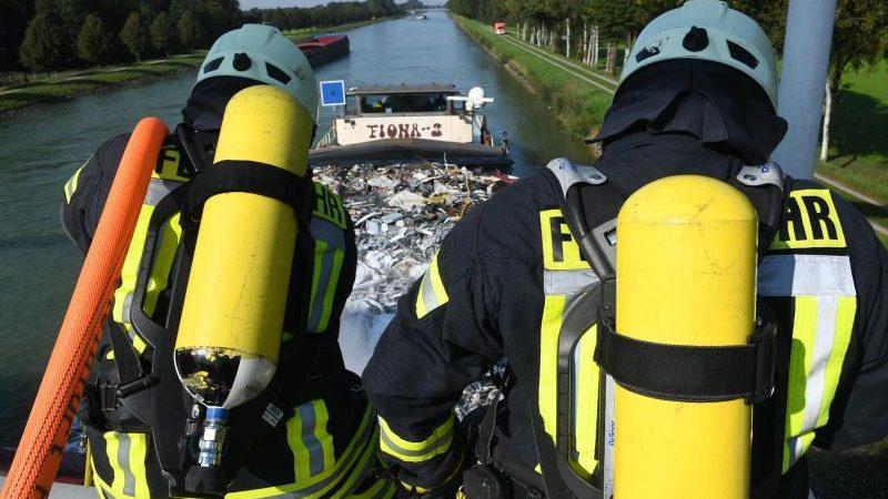 Terwijl de schipper zijn schip in positie houdt onder de brug, kan de brandweer de brand gemakkelijk met schuim en water bestrijden vanaf de brug over het kanaal. (Foto brandweer Steinfurt)