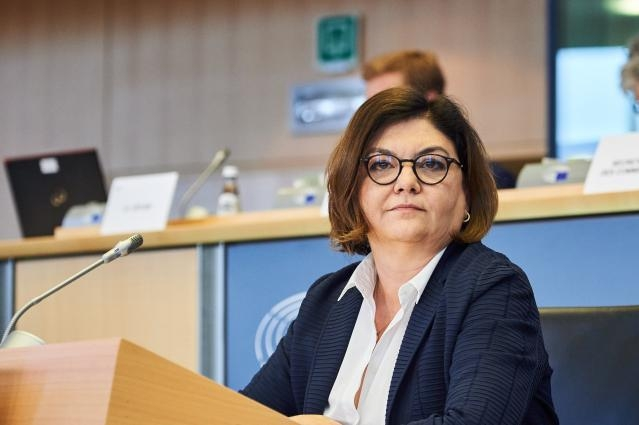 Ook de Europese Transportcommissaris Adina Ioana-Vălean roept de wereld om restricties op bemanningswisselingen op te heffen. (Foto EU)