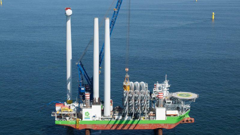 De eerste turbine van het windpark levert nu stroom. (Foto Ørsted/Sky Pictures)