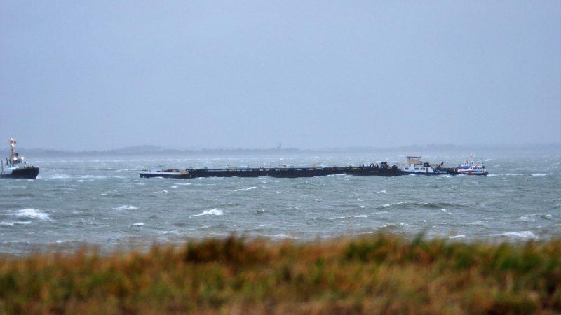De duwboot Fraternite was onderweg naar Gent toen enkele koppeldraden braken door de zware wind. (Foto Adrie van de Wege)