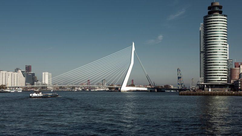 De Erasmusbrug in Rotterdam is gestremd voor de hoge vaart. (Foto Port of Rotterdam)
