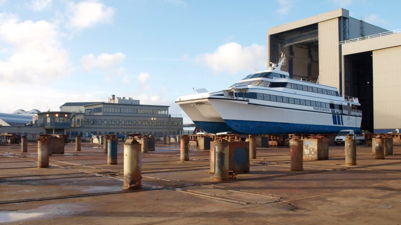 Op zoek naar de oorzaak van het hardnekkige probleem liet Rederij Doeksen de snelboot droogzetten bij Damen Shiprepair. (Archieffoto Gijs van Hesteren)