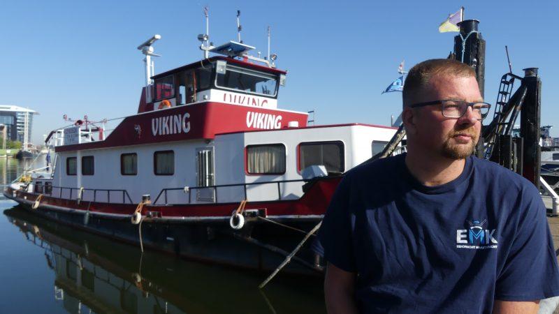 Jacob Kramer bij de Viking. 'Prima boot, kan nog jaren mee.' (Foto Heere Heeresma jr.)