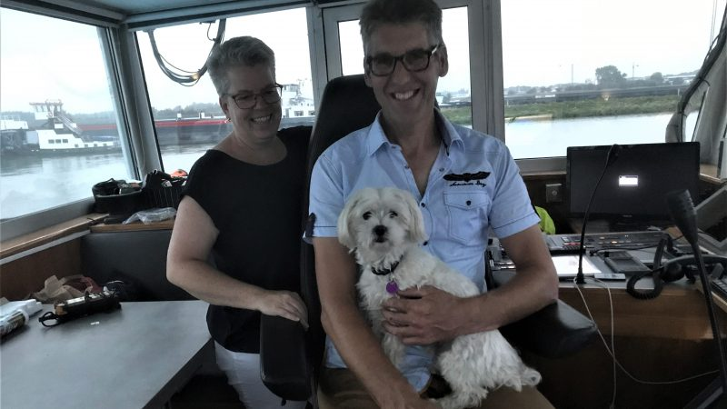 Peter en Gonnie in de stuurhut met hun Malthezer Beagle. (Foto Hannie Visser-Kieboom)
