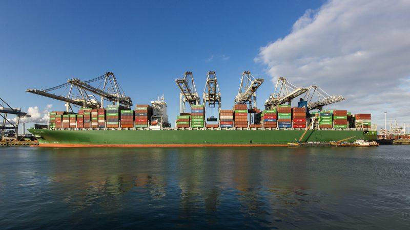 De Amazonehaven bij de ECT Delta terminal wordt over een lengte van een halve kilometer verdiept van 16,65 meter naar 17,45 meter. (Foto ECT)