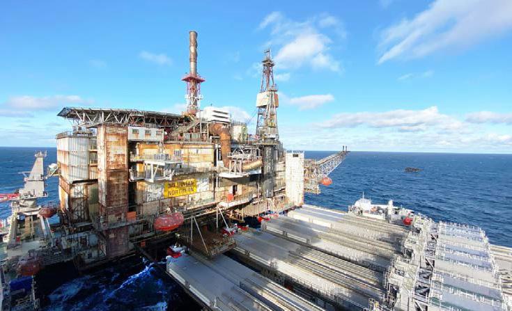 Het liften van de 14.200 ton wegende Ninian Northern-topside. (Foto Allseas)