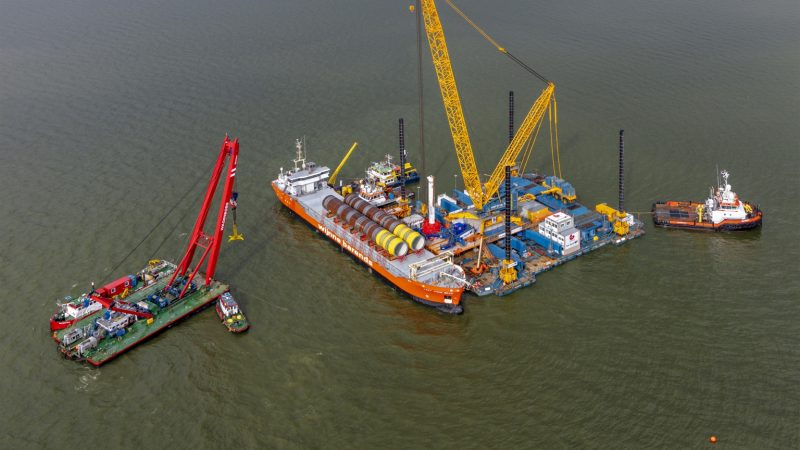 De eerste fundatiepalen van Windpark Fryslân worden in de IJsselmeerbodem geheid. (Foto Windpark Fryslân)