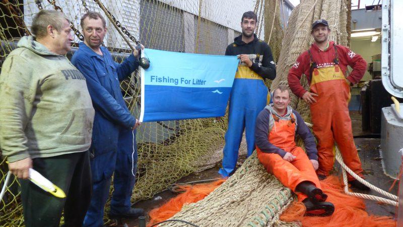 Deelnemers aan het project Fishing for Litter brengen opgevist zwerfafval zoveel mogelijk aan wal. (Foto Fishing for Litter)