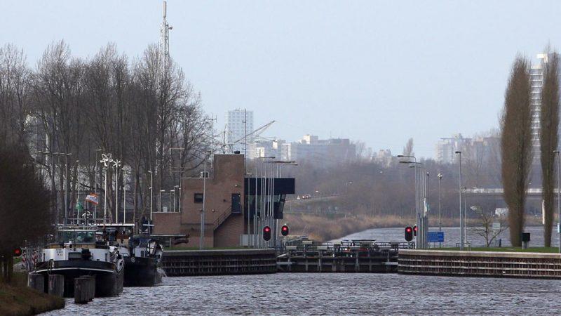 Wekelijks zijn er zo'n 18 afvaarten vanuit de terminals in Veghel en Cuijk. Van Berkel Logistics vervoert op jaarbasis 50.000 containers. (Foto Van Assendelft)