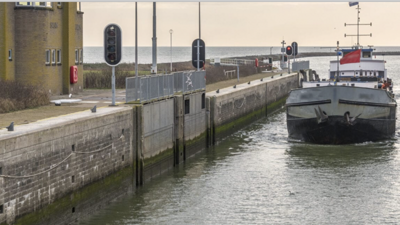 Tussen oktober 2020 en april 2021 inspecteert Rijkswaterstaat de conditie van het beton van de Stevinsluizen bij Den Oever.