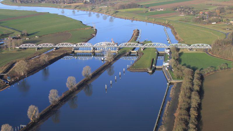 Minister Cora van Nieuwenhuizen wil een onderzoek naar meer sluiscapaciteit bij Grave (Foto) en Weurt en een verbeterde verbinding tussen Maas, Rijn en Waal. (Foto Rijkswaterstaat)