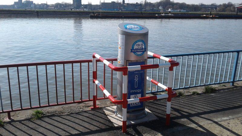 Walstroomvoorzieningen zoals deze in de haven van Duisburg moeten overal langs Duitse vaarwegen en havens beschikbaar komen. En de stroom dient tegen een scherp tarief te worden geleverd, vindt het BDB. (Foto BDB)