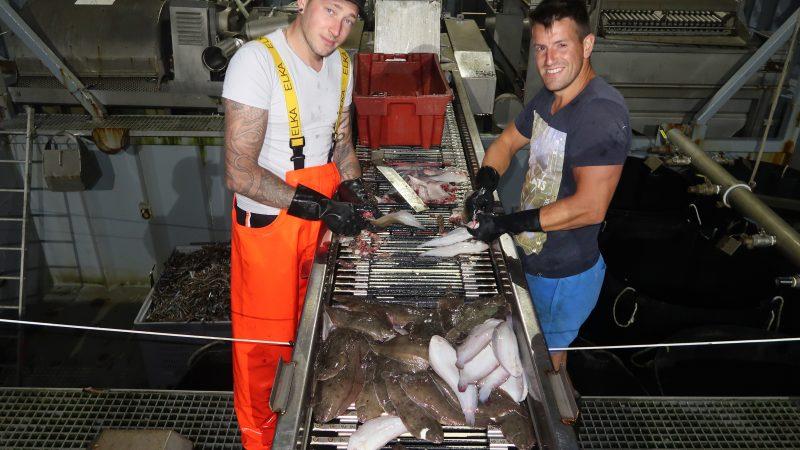Op de foto maken Delano Grootjans uit Arnemuiden (links) en Milan Wondergem uit Middelburg aan boord van de YE-118 tongen schoon voor het avondeten. (Foto W.M. den Heijer)