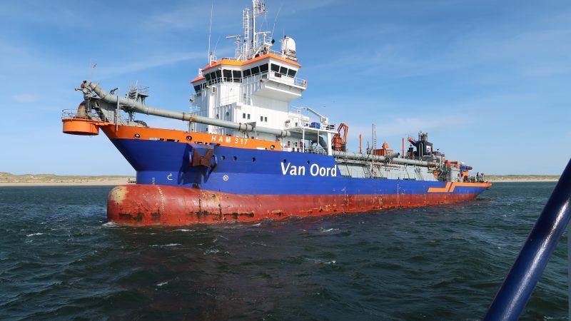 Vissers menen dat de bodemberoering die met gepaard gaat met baggeren voor de Nederlandse kust, nadelig is voor de visstand. (Foto W.M. den Heijer)
