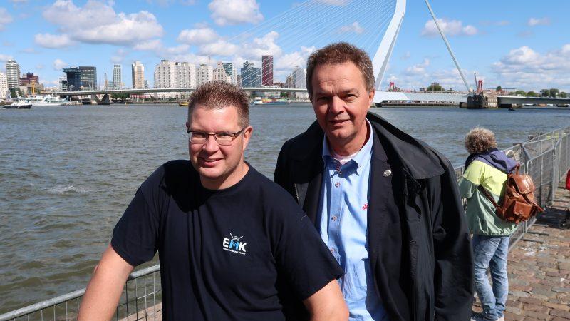 EMK-secretaris Cor Vonk (links) met VisNed-directeur Pim Visser tijdens een eerdere actie in Rotterdam. (Foto W.M. den Heijer)