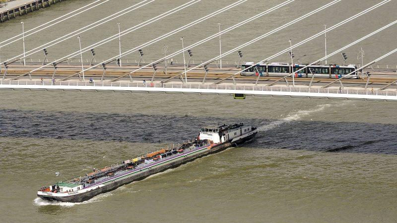 Tankvaartondernemers die voor de grote oliemaatschappijen willen vervoeren moeten voldoen aan de veiligheidseisen van het European Barge Inspection Scheme (EBIS). (Foto Port of Rotterdam)
