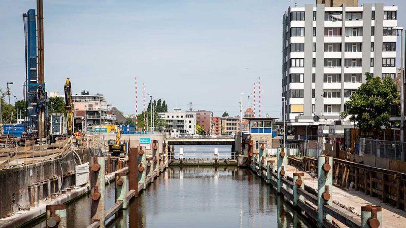 Aan de Wilhelminasluis wordt door aannemer Heijmans nog steeds gewerkt. (Foto Heijmans)