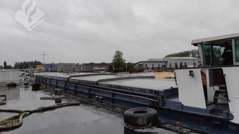 Het schip aan de kade in een van de havens aan het Steurgat (Foto politie)