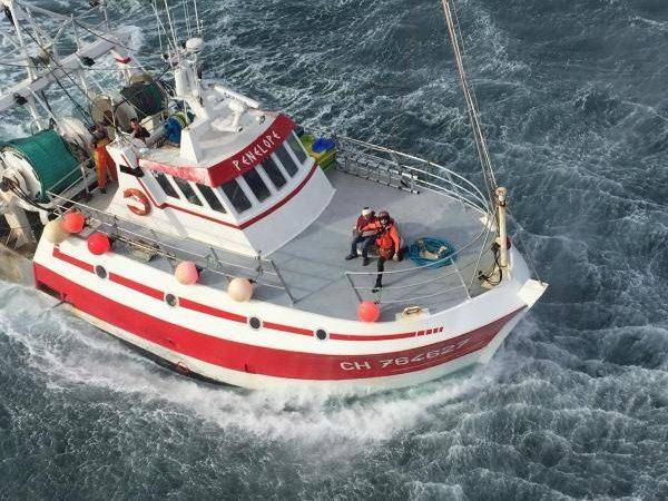 De reddingsactie op de Penelope gezien vanuit de reddingshelikopter van de Franse marine (Foto Marine Nationale)