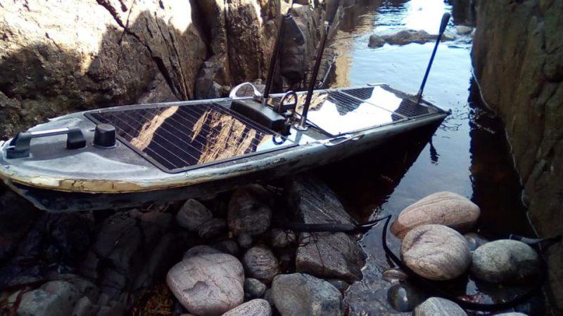 Het aangespoelde autonoom varende bootje op de rotsen van Isle of Tiree. (Foto HM Coastguard)