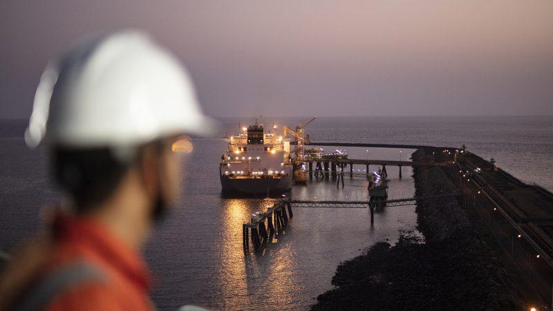 LNG-tanker van Shell aan de terminal in Hazira, India (Foto Shell)