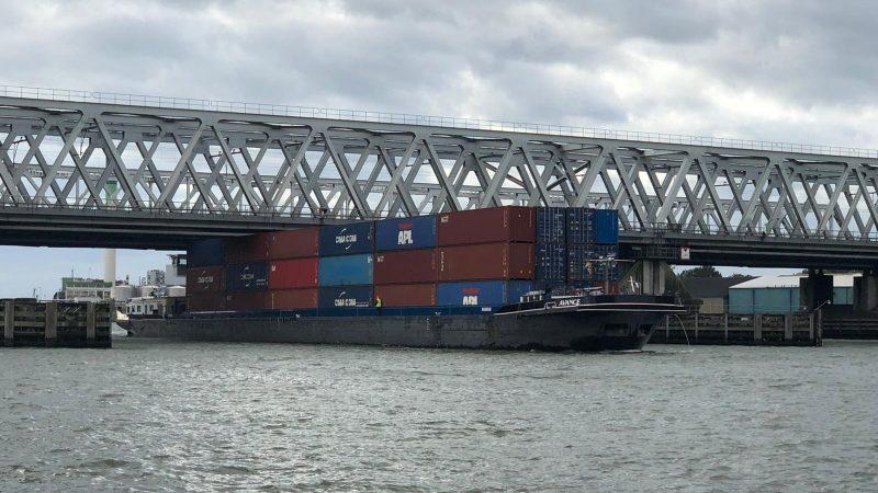 De hoog geladen Advance tijdens de doorvaart onder de Dordtse bruggen (Foto Twitter/Bas Bor)