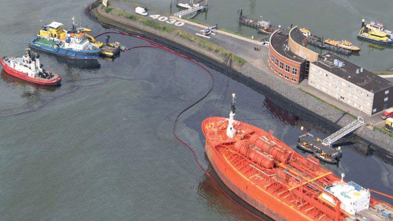 Opruimen van de olie die uit de bunker van de Bow Jubail is gestroomd. (Foto Zeehavenpolitie)