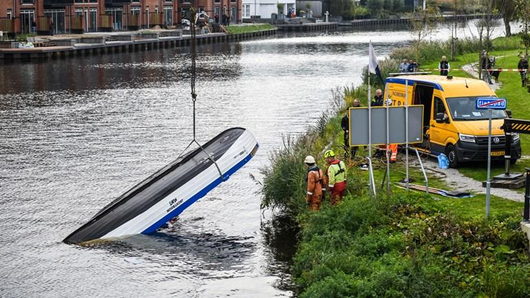 Een 63-jarig lid van de roeivereniging Ferox uit Katwijk is overleden na de aanvaring tussen een roeisloep en een duwboot en duwbak met zand met dinsdagavond aan het Buitenwater in Valkenburg. (Foto Media TV)