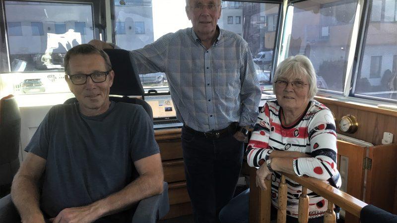 V.l.n.r Gerard, Jan en Rosi Verweij in de stuurhut van de Maria. Zoon Gerard wil op termijn samen met zijn vriendin op een kleiner schip gaan varen. (Foto Hannie Visser-Kieboom)