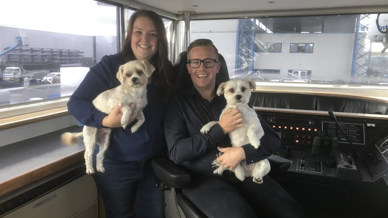 De hondjes Bella en Boef zitten tijdens het varen het liefst samen met Jan Pieter Veen en Jaimy van der Graaf in de stuurhut. (Foto Hannie Visser-Kieboom)