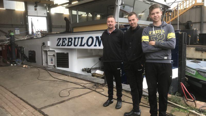 De bemanning van de Zebulon (vlnr) Louwrens Hoefnagel, Evert Hoefnagel en Albert Ras. Zoon Louwrens was een week naar school en zwager Jelle Bakker was ook niet aan boord. (Foto Hannie Visser-Kieboom)