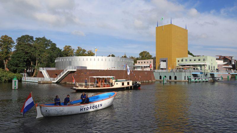 De met een brandstofcel uitgeruste reddingssloep vaart samen met museumschip Emma door de Groningse binnenstad. (Foto Joachim Koops)