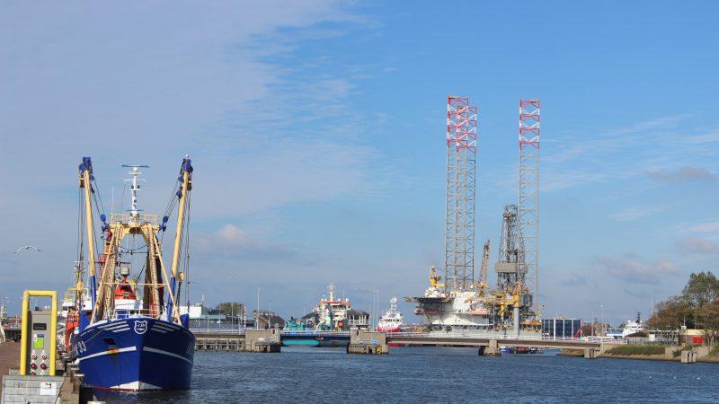 De Prospector 1 torende maandenlang hoog uit boven de haven van Den Helder. (Foto PAS Publicaties)