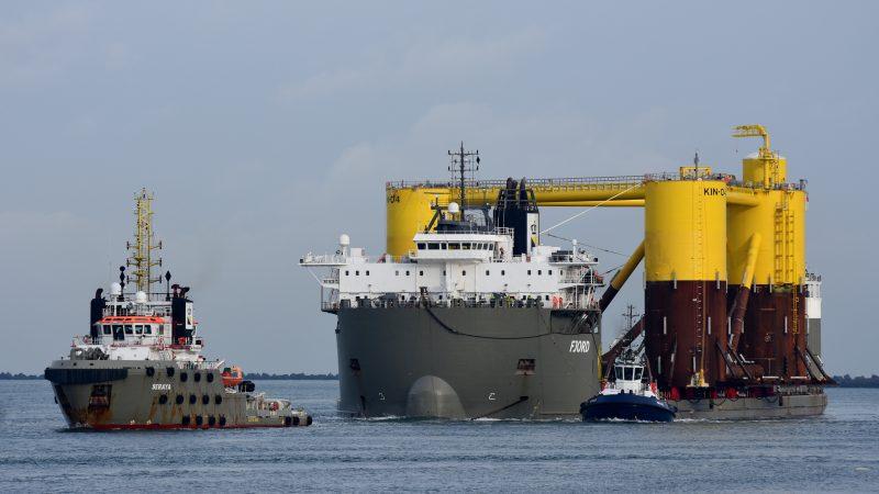 Aankomst in Rotterdam van de eerste fundatie aan boord van de Fjord. (Foto PAS Publicaties)