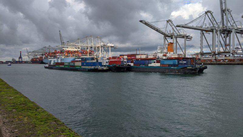 De Dubbelman-vloot in opstand tegen de congestie in de haven van Rotterdam. (Foto Robin van den Bovenkamp)