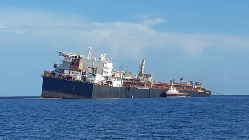 De FSO Nabarima maakt slagzij voor de kust van Venezuela. (Foto Fishermen and Friends of the Sea)