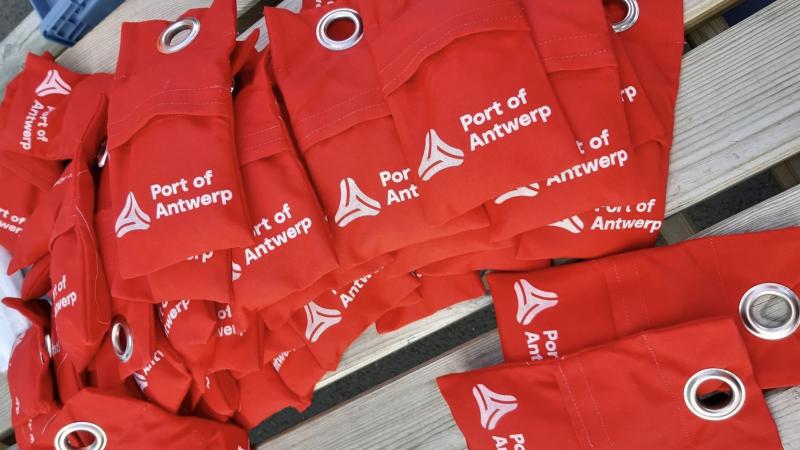 De haven van Antwerpen gaat rode zandzakken uitdelen aan schepen die illegaal verzwaarde werplijnen gebruiken. (Foto Port of Antwerpen)