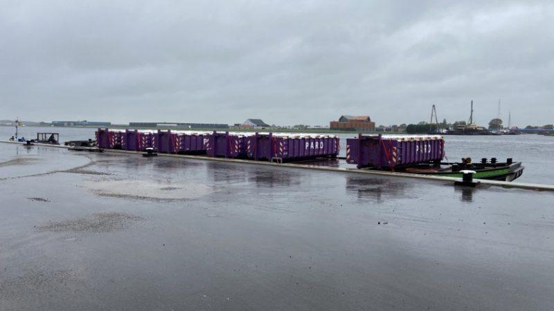 De containers worden per dekschuit afgevoerd. (Foto Paro)