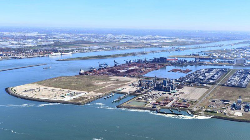 In Rotterdam leggen jaarlijks enkele tientallen schepen met een grote lading ammoniumnitraat aan. (Foto Havenbedrijf Rotterdam/Danny Cornelissen)